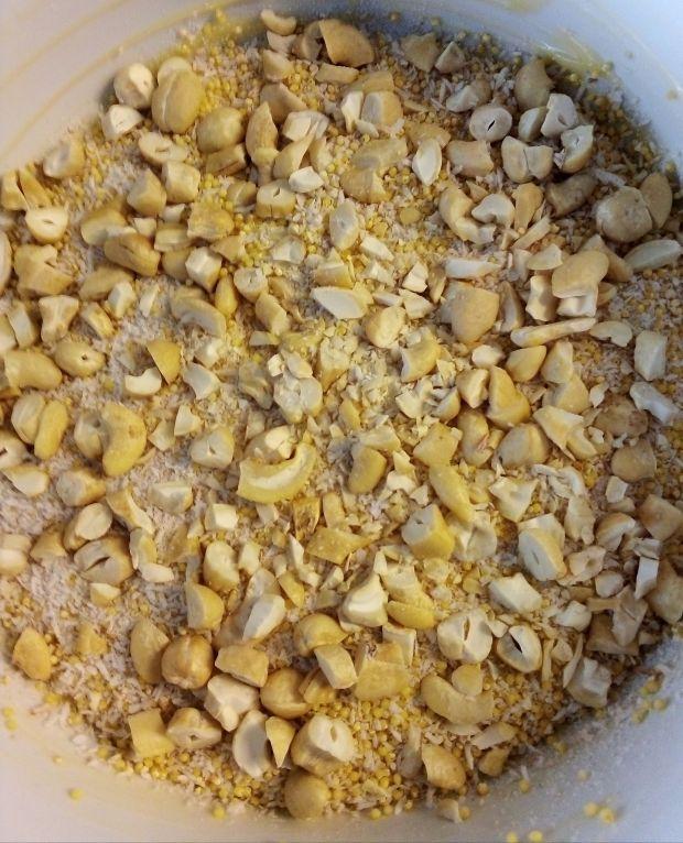 Pieczona jaglanka z malinami i orzechami