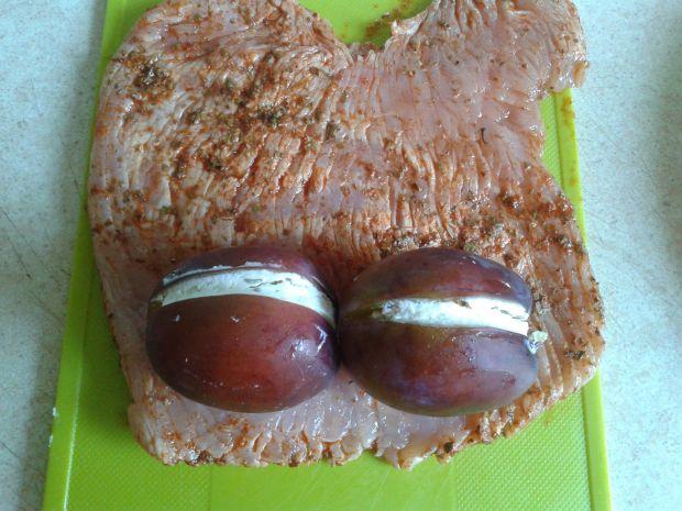 Pieczona roladka indycza ze śliwką i twarożkiem