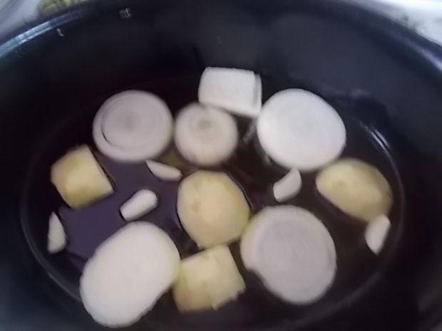 Pieczona szynka z czarną porzeczką