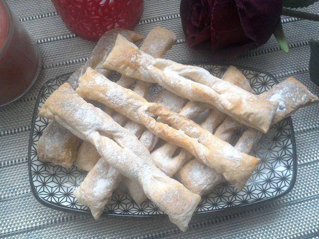 Pieczone faworki z ciasta francuskiego