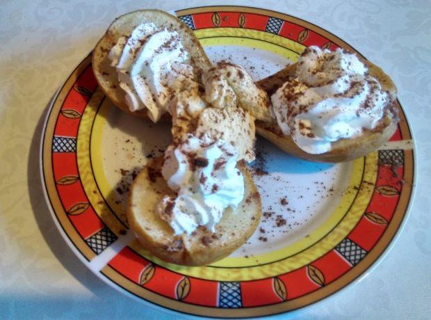 Pieczone gruszki z lodami i bitą śmietaną
