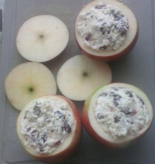 Pieczone jabłka z kozim serem, bakaliami i miodem