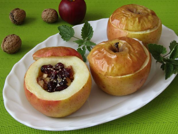 Pieczone jabłka z żurawiną, orzechami i miodem