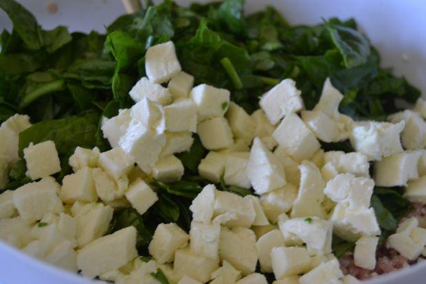Pieczone kotlety ze szpinakiem, mozzarellą  i fetą