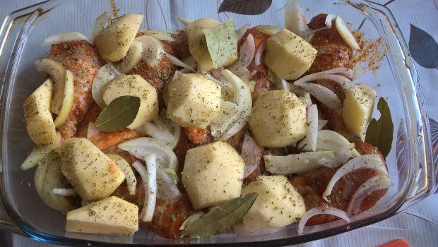 Pieczone pałki kurczaka z jabłkami i cebulką