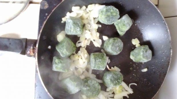 Pieczone pierożki drożdżowe ze szpinakiem i serami