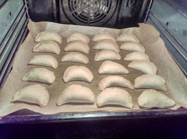 Pieczone pierożki z kapustą i grzybami