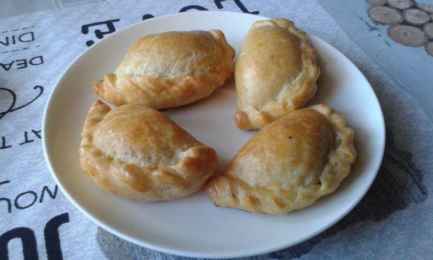 Pieczone pierożki ze szpinakiem i zółtym serem
