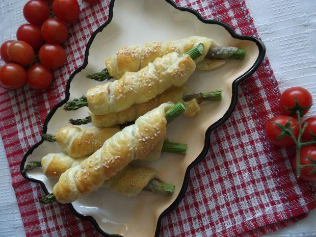 Pieczone szparagi z boczkiem w cieście francuskim