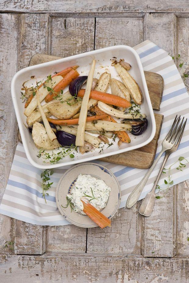Pieczone warzywa korzeniowe z dipem ziołowym