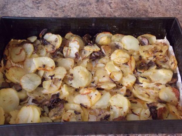 Pieczone ziemniaki z cebulą i pieczarkami