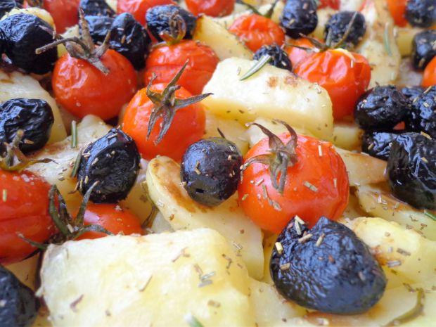 Pieczone ziemniaki z pomidorkami i oliwkami