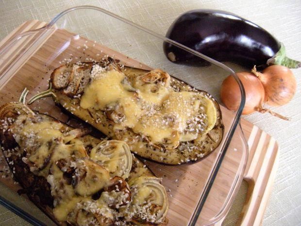 Pieczony bakłażan z ziołami, cebulą i serem