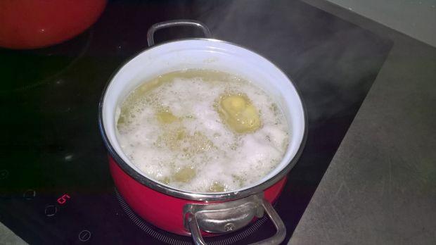 Pieczony filet z łososia z ziemniakami i sałatą