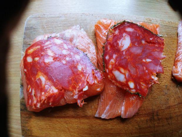 Pieczony łosoś z chorizo i pomidorkami