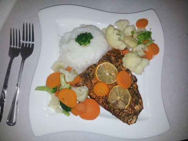 Pieczony łosoś z ryżem i gotowanymi warzywami