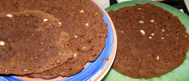Piernikowe ciasto z orzechami nerkowca z dżemem