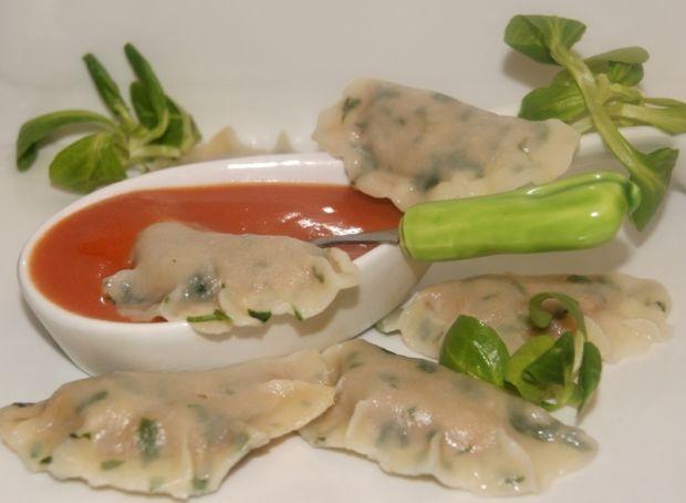 Pierogi z farszem fasolowym i pomidorowym sosem - Pierogi z farszem z fasoli i sosem pomidorowym