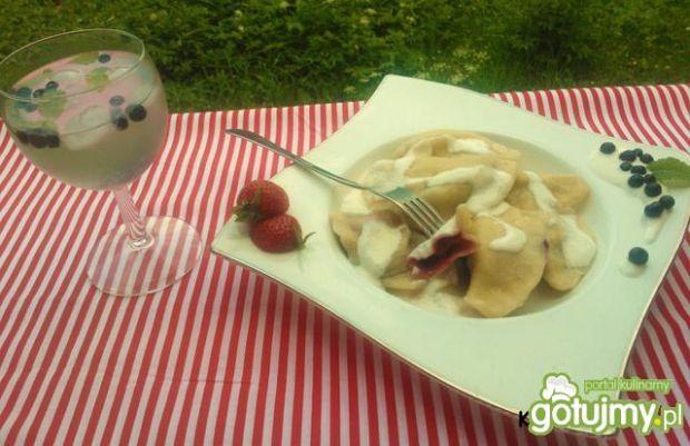 Pierogi z truskawkami i borówkami
