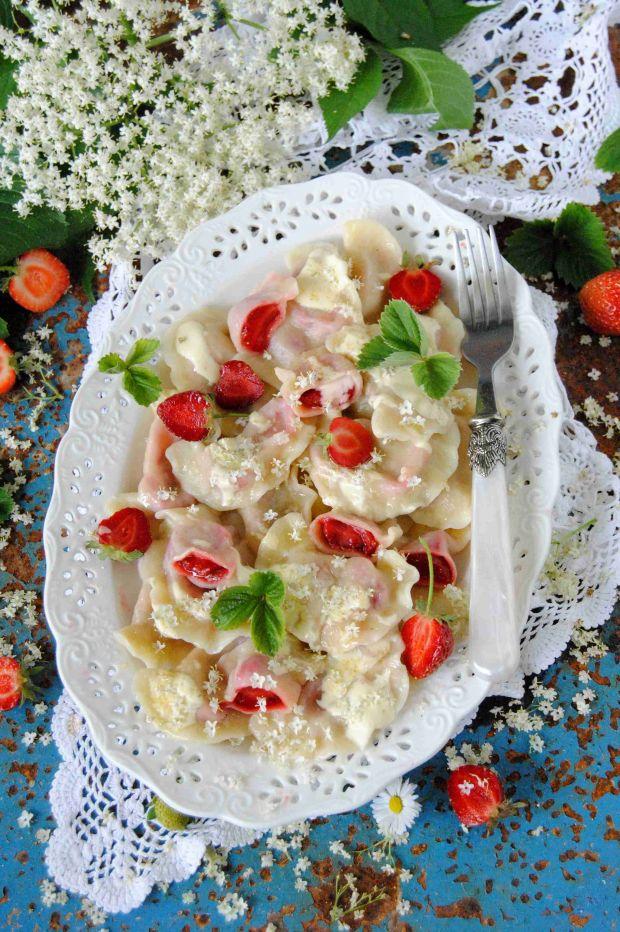 Pierogi z truskawkami i kwiatami czarnego bzu