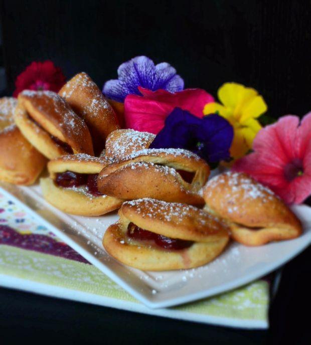 Pierożki drożdżowe z serem i czereśniami