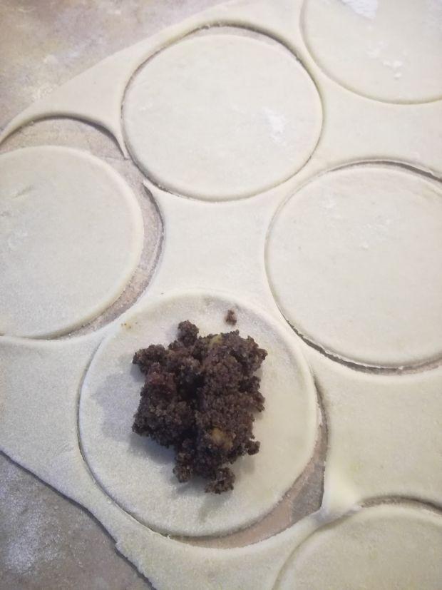 Pierożki z makiem i sosem wiśniowym