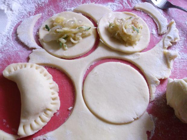 Pierożki z serem żółtym i cebulą
