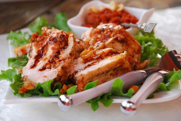 Pierś grillowana z pastą pomidorowo- orzechową