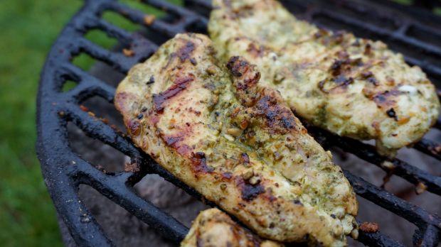 Pierś kurczaka grillowana w bazyliowym pesto