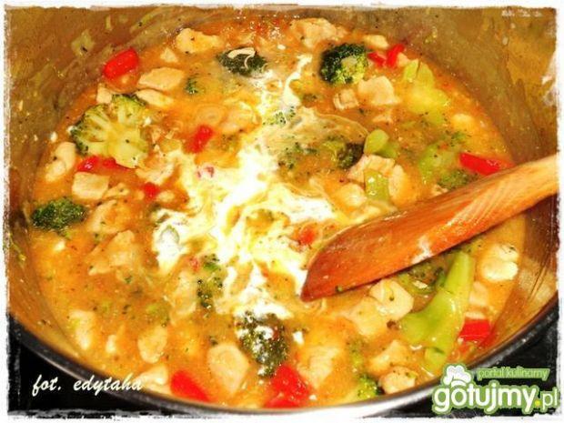 Pierś w potrawce paprykowo-brokułowej