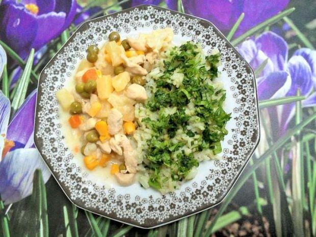 Pierś w sosie ananasowym z warzywami i ryżem