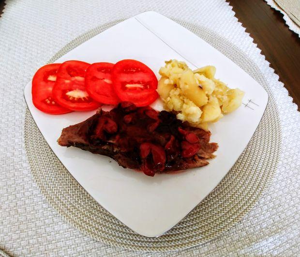 Pierś z gęsi w sosie wiśniowym