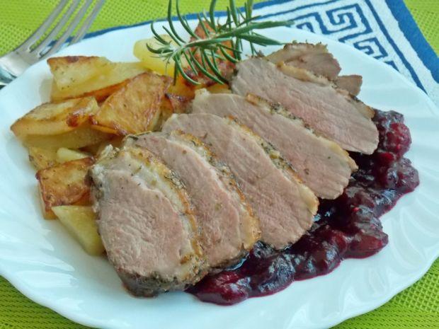 Pierś z kaczki z sosem żurawinowym i ziemniakami