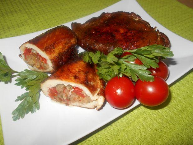 Pierś z kurczaka nadziewana sałatą i pomidorkami