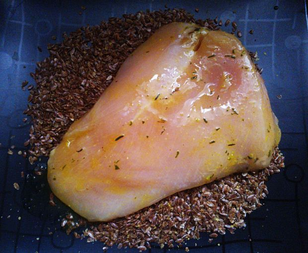 Pierś z kurczaka panierowana siemieniem lnianym na