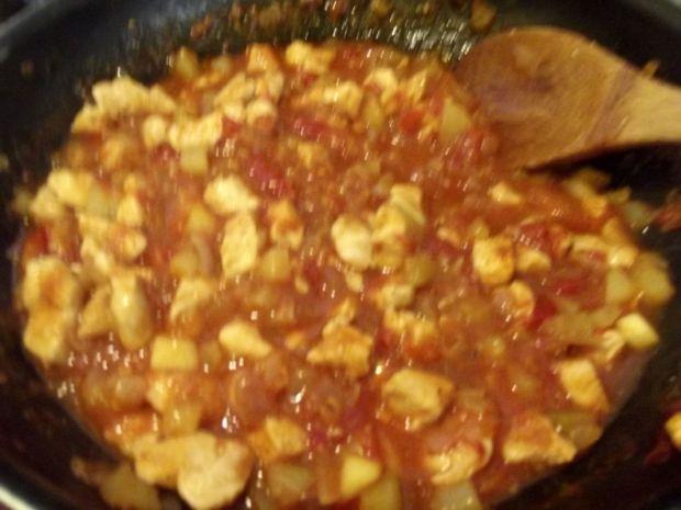 Pierś z kurczaka w sosie pomidorowo cukiniowym