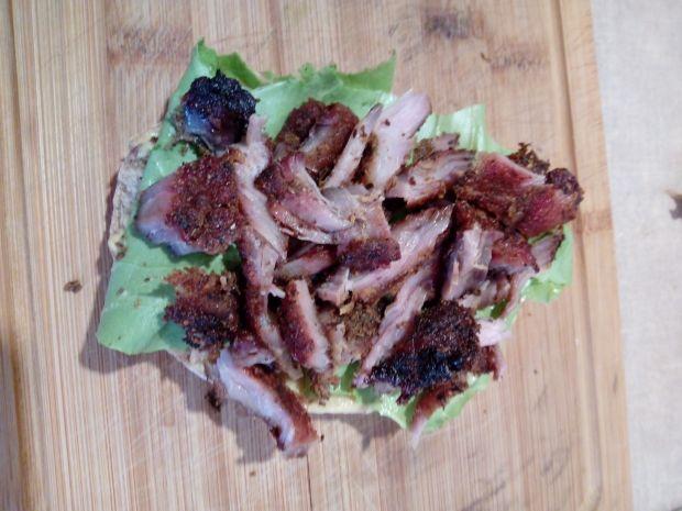 Pikantna kanapka z grillowaną szynką
