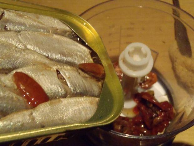 Pikantna pasta rybna z suszonymi pomidorami