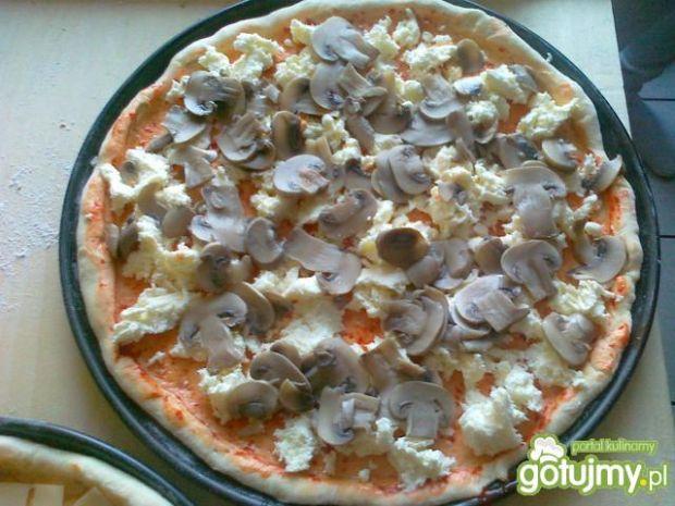 Pikantna pizza z mozzarellą i boczkiem