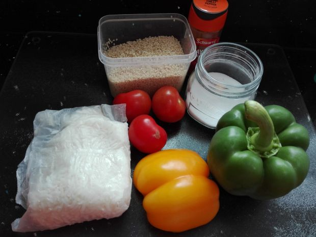 Pikantna sałatka z papryką i ryżem