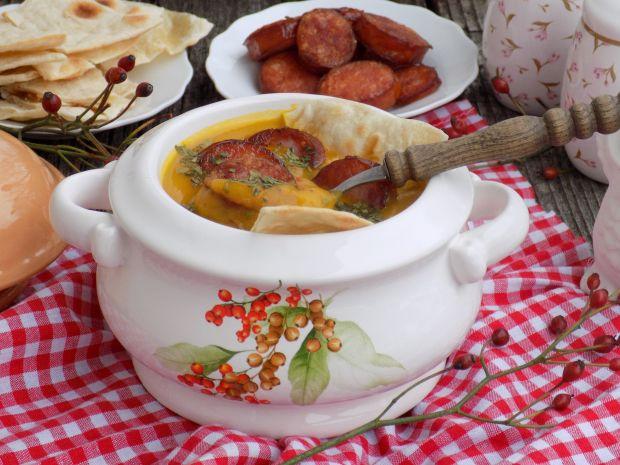 Pikantna zupa dyniowa z kiełbasą i lubczykiem