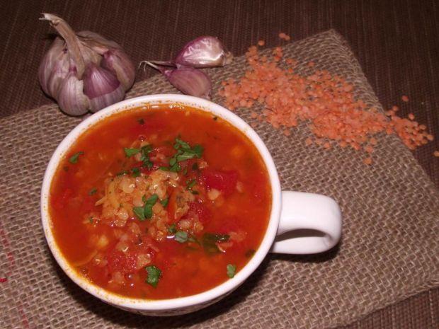 Pikantna zupa pomidorowa z soczewicą i czosnkiem