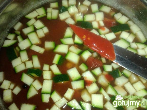Pikantna zupa z ciecierzycy i cukini