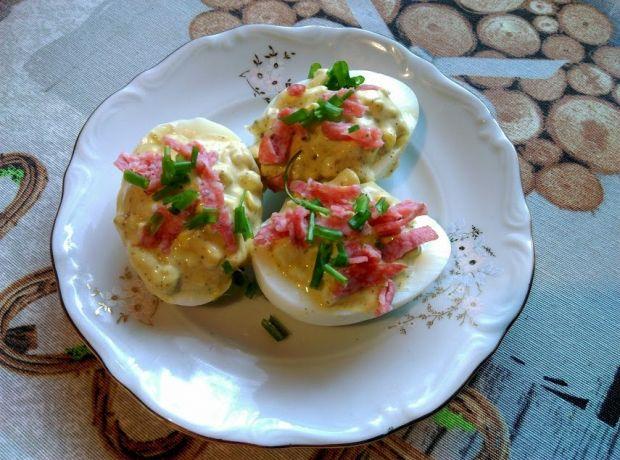 Pikantne faszerowane jajka z salami