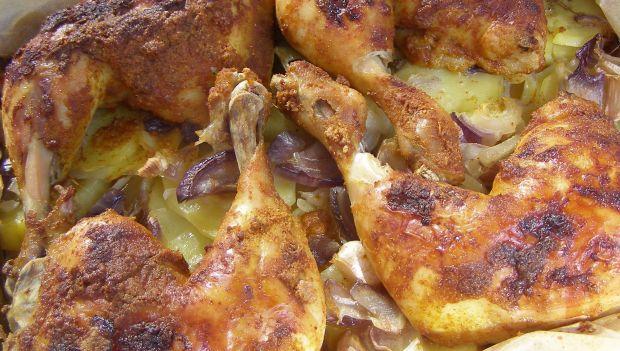 Pikantne udka kurczaka na ziemniakach pieczone