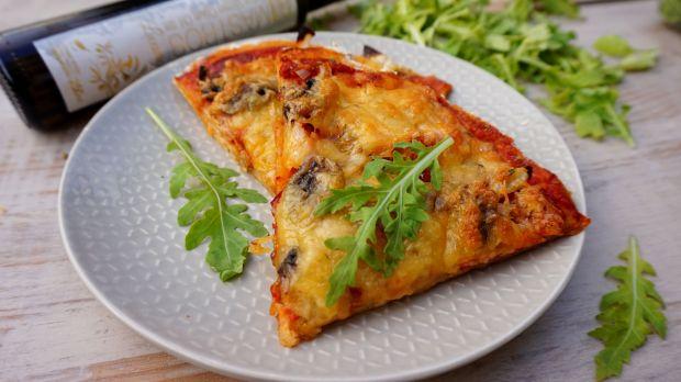Pizza diabelska z salami i pieczarkami