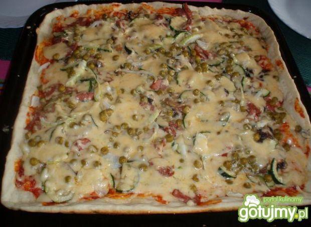 Pizza domowa z cukinia i groszkiem