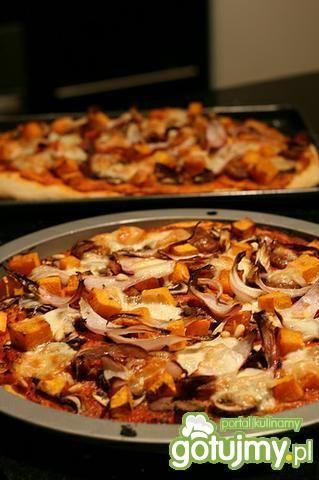 Pizza dyniowa z chorizo i cebulą