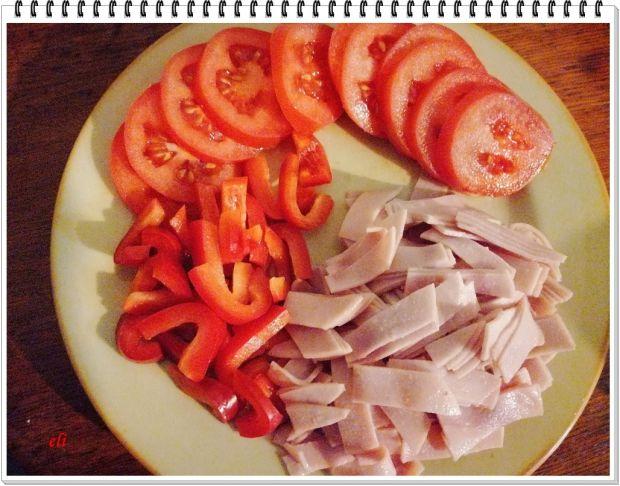 Pizza Eli z pomidorami i szynką