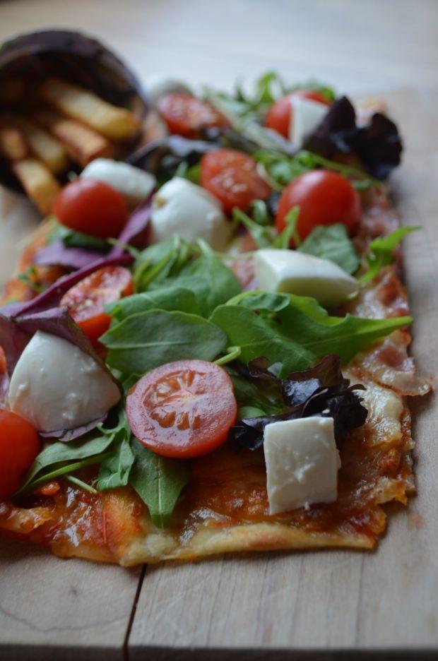 Pizza na cienkim cieście z sałatą